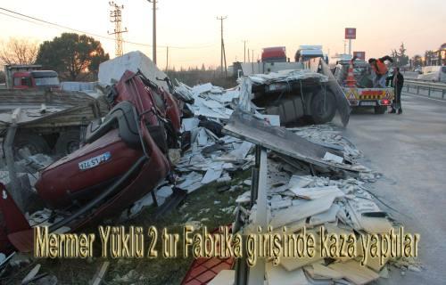 Mermer Yüklü 2 TIR Fabrika girişinde kaza yaptılar.