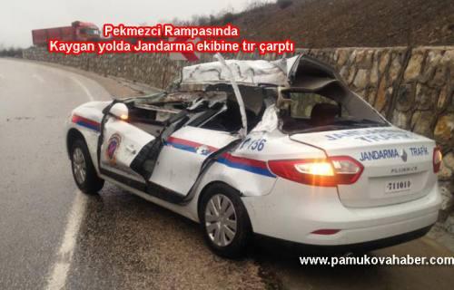 Pamukova Bilecik sınırında  Jandarma Ekibine tır çarptı. 2 astsubay yaralandı.