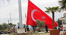 Daha önce rüzgardan yıkılan bayrak şimdi 40 metre yüksekliğe dikildi.