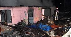 Pamukova da çıkan yangında tek katlı bir ev tamamen yandı.
