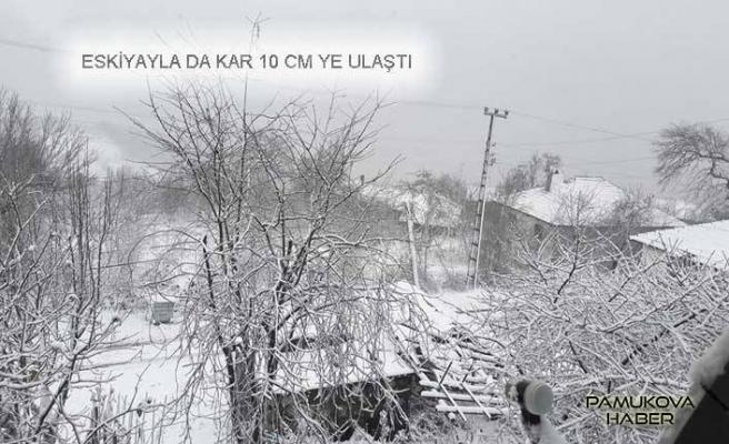 Pamukova Eskiyayla Mahallesine 10 cm kadar kar yağdı.