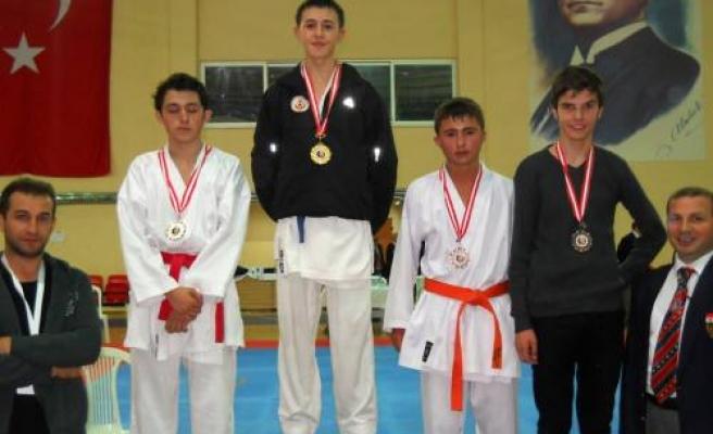 Metin Tesisleri Karate takımı 33 madalya kazandı.