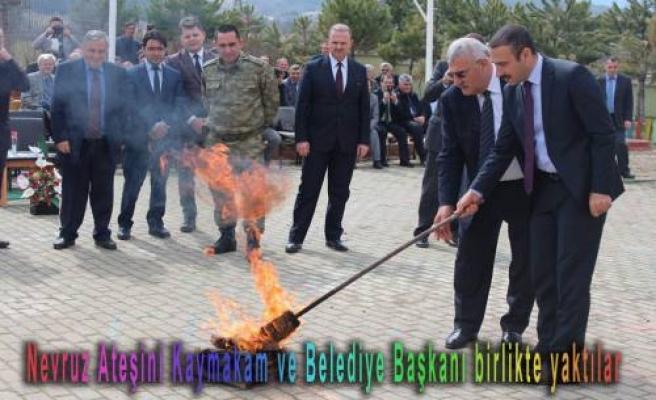 Nevruz Ateşini kaymakam ve belediye başkanı birlikte yaktılar.