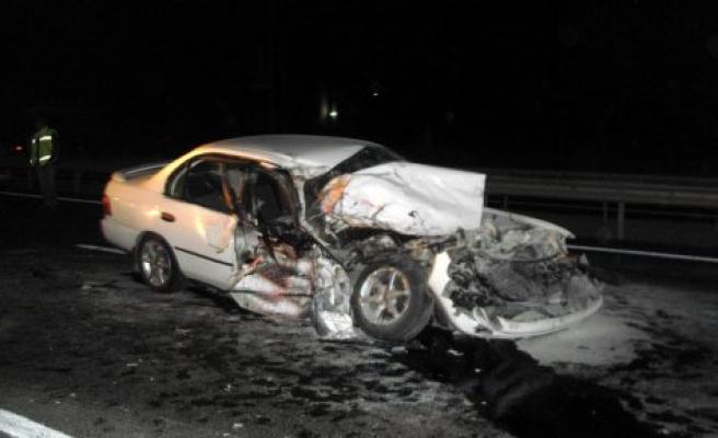 Tıra arkadan vuran aracın şöförü ile yanında iki kişi yaralandı