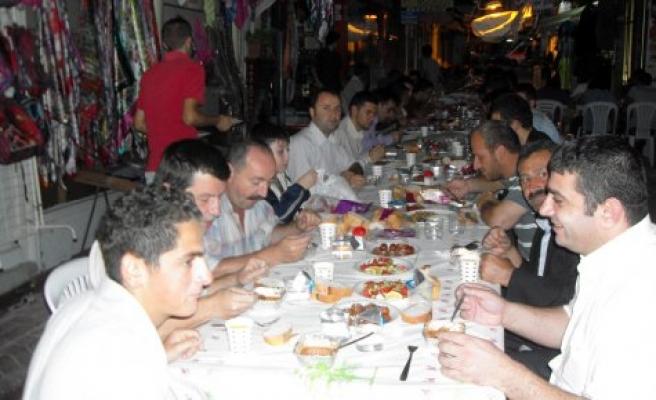 Ülkü Ocakları'nın geleneksel iftar yemeği çarşı da verildi