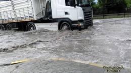 Araçlar Pamukova'dan yüzerek geçtiler